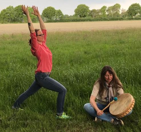 Yoga und Trommelreise mit meiner Partnerin Miriam Lütjen im Garten der Yoga-Schule